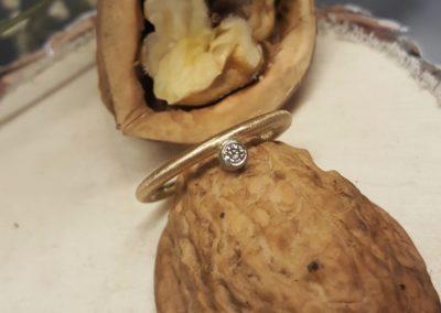 Verlobungsring mit Anstecken an den Trauring, rundlich und bequem mit Stein