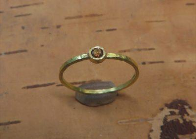 Geschmiedeter feiner Verlobungsring aus Gold mit dunkelbraunem Brillanten.