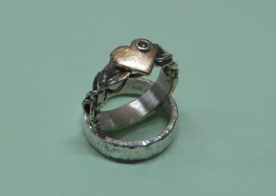Verspielter Verlobungsring aus geschwärtzem Silber mit Roségoldherz und Brillant.