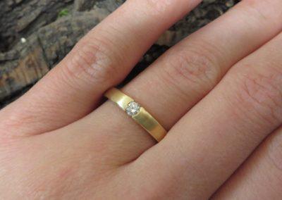 Verlobungsring aus Gelbgold mit Brillant in schlichtem Stil.