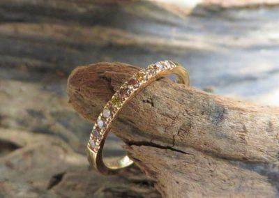 Verlobungsring bzw. Vorsteckring aus Roségold mit bunten, naturfarbenen Brillanten im Memoire-Stil.
